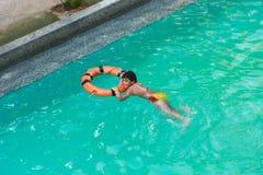 Παιδί που κολυμπά στη λίμνη Στοκ Εικόνες