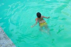 Παιδί που κολυμπά στη λίμνη Στοκ εικόνα με δικαίωμα ελεύθερης χρήσης