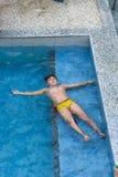 Παιδί που κολυμπά στη λίμνη Στοκ Εικόνα