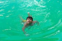 Παιδί που κολυμπά στη λίμνη Στοκ Φωτογραφίες