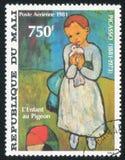 Παιδί που κρατά ένα περιστέρι στοκ εικόνα με δικαίωμα ελεύθερης χρήσης
