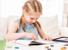 Παιδί που μαθαίνει να σύρει με την ξηρά κρητιδογραφία στοκ εικόνες