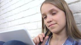 Παιδί που μελετά στην ταμπλέτα, κορίτσι που γράφει για τη σχολική τάξη, που μαθαίνει κάνοντας την εργασία απόθεμα βίντεο