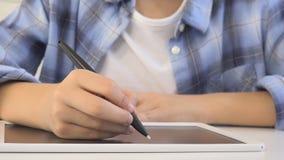 Παιδί που μελετά στην ταμπλέτα, κορίτσι που γράφει στη σχολική τάξη, που μαθαίνει κάνοντας την εργασία φιλμ μικρού μήκους
