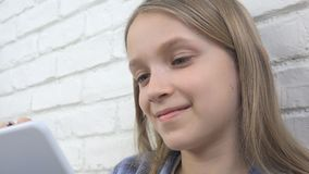Παιδί που μελετά στην ταμπλέτα, κορίτσι που γράφει στη σχολική τάξη, που μαθαίνει κάνοντας την εργασία απόθεμα βίντεο