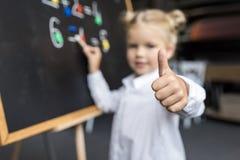 Παιδί που μελετά τους αριθμούς Στοκ φωτογραφίες με δικαίωμα ελεύθερης χρήσης