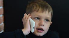παιδί που μιλά στο τηλέφωνο απόθεμα βίντεο