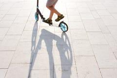 Παιδί που οδηγά ένα μηχανικό δίκυκλο Στοκ εικόνα με δικαίωμα ελεύθερης χρήσης
