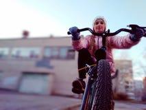 Παιδί που οδηγά ένα ποδήλατο την πρώιμη άνοιξη στοκ φωτογραφίες