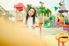 Παιδί που παίζει έχοντας τη διασκέδαση στην παιδική χαρά στοκ φωτογραφίες με δικαίωμα ελεύθερης χρήσης