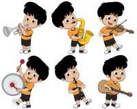 Παιδί που παίζει τα μουσικά όργανα όπως η σάλπιγγα, saxophone, βιολί απεικόνιση αποθεμάτων