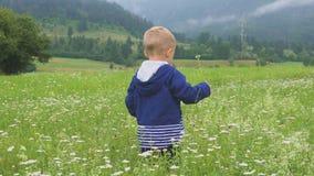 Παιδί που περπατά και μόνο βουνό παιχνιδιού υπαίθρια φιλμ μικρού μήκους
