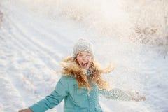 Παιδί που περπατά στο χειμερινό πάρκο στοκ εικόνα με δικαίωμα ελεύθερης χρήσης