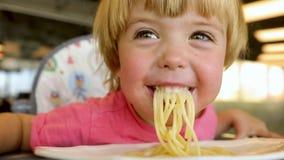 Παιδί που τρώει τα ζυμαρικά φιλμ μικρού μήκους