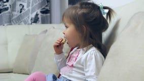 Παιδί που τρώει την κροτίδα απόθεμα βίντεο
