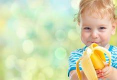 Παιδί που τρώει την μπανάνα στοκ εικόνα