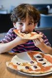παιδί που τρώει την πίτσα Στοκ εικόνες με δικαίωμα ελεύθερης χρήσης