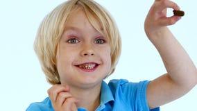 Παιδί που τρώει τη σοκολάτα απόθεμα βίντεο
