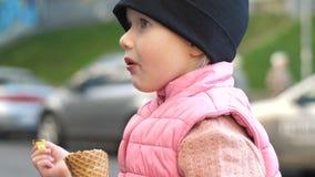 Παιδί που τρώει το παγωτό στην οδό απόθεμα βίντεο