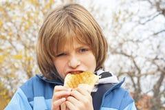 Παιδί που τρώει το σάντουιτς Στοκ φωτογραφία με δικαίωμα ελεύθερης χρήσης