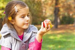 Παιδί που τρώει το φρέσκο μήλο Στοκ φωτογραφία με δικαίωμα ελεύθερης χρήσης