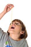 παιδί που τρώει noodle τα ζυμαρ&io Στοκ φωτογραφία με δικαίωμα ελεύθερης χρήσης