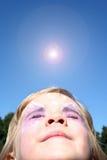 παιδί που φαίνεται ήλιος &ta Στοκ Φωτογραφία