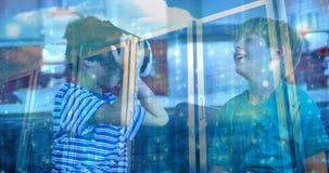 Παιδί που χρησιμοποιεί VR με το φίλο απόθεμα βίντεο