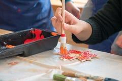 Παιδί που χρωματίζει ένα ξύλινο φύλλο στοκ εικόνες