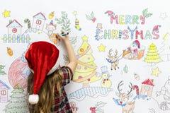Παιδί που χρωματίζει ένα σχέδιο Χριστουγέννων Στοκ φωτογραφία με δικαίωμα ελεύθερης χρήσης