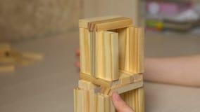 Παιδί που χτίζει έναν πύργο παιχνιδιών φιλμ μικρού μήκους