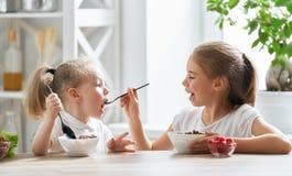παιδί προγευμάτων που έχει Στοκ Φωτογραφίες