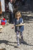 Παιδί πωλητών καφέ στην αγορά Kruja σε Kruja, Αλβανία Στοκ εικόνα με δικαίωμα ελεύθερης χρήσης