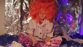 Παιδί σε μια αστεία συνεδρίαση κοστουμιών σε ένα χρωματισμένο υπόβαθρο απόθεμα βίντεο