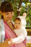 Παιδί σε μια σφεντόνα μωρών Στοκ φωτογραφίες με δικαίωμα ελεύθερης χρήσης