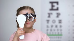 Παιδί στα ειδικά γυαλιά με την προσοχή ιδιαίτερη έλεγχος του οράματος, διάγνωση αστιγματισμού απόθεμα βίντεο