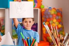 Παιδί στην ημέρα παγκόσμιας ειρήνης Χέρι εικόνων αγοριών με την έννοια χαμόγελου Στοκ εικόνα με δικαίωμα ελεύθερης χρήσης