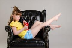 Παιδί στην τοποθέτηση στούντιο στα μοντέρνα ενδύματα Στοκ Εικόνες