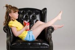 Παιδί στην τοποθέτηση στούντιο στα μοντέρνα ενδύματα Στοκ Φωτογραφία