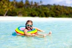 Παιδί στην τροπική παραλία Διακοπές θάλασσας με τα παιδιά στοκ εικόνα