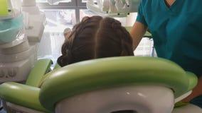 Παιδί στη στερεότυπη οδοντική εξέταση στη σύγχρονη κλινική, επαγγελματικός οδοντίατρος απόθεμα βίντεο