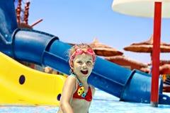 Παιδί στη φωτογραφική διαφάνεια νερού στο aquapark. Στοκ εικόνες με δικαίωμα ελεύθερης χρήσης