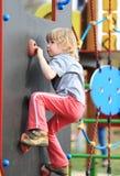 Παιδί στον αναρριχούμαι-τοίχο στοκ εικόνα