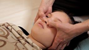 Παιδί στο θεραπευτικό μασάζ φυσιοθεραπείας Χαλαρώνοντας μασάζ για τα παιδιά στο πρόσωπο και τη φροντίδα των παιδιών φιλμ μικρού μήκους