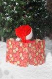 Παιδί στο κοστούμι Santa που περιμένει την αρχή των Χριστουγέννων Στοκ Φωτογραφίες