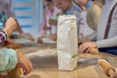 Παιδί στο μαγείρεμα των κατηγοριών Στοκ εικόνα με δικαίωμα ελεύθερης χρήσης