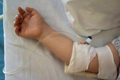 Παιδί στο νοσοκομειακό κρεβάτι με αλατούχο ενδοφλέβιο λίγος ασθενής στοκ εικόνα με δικαίωμα ελεύθερης χρήσης