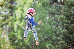 Παιδί στο πάρκο περιπέτειας Στοκ εικόνα με δικαίωμα ελεύθερης χρήσης