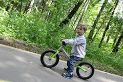 Παιδί στο ποδήλατο ισορροπίας στοκ φωτογραφίες με δικαίωμα ελεύθερης χρήσης