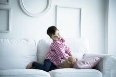 Παιδί στο πουκάμισο, πορτρέτο Στοκ Φωτογραφία